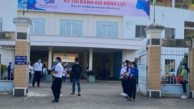 Lực lượng tình nguyện viên Đoàn Thanh niên trường Đại học Bạc Liêu tham gia hỗ trợ kỳ thi đánh giá năng lực Đại học Quốc gia TP Hồ Chí Minh năm 2021