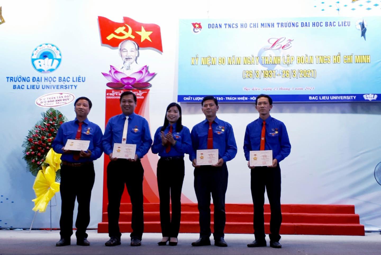 Đ/c Nguyễn Thị Dẹn - UVBTV, Trưởng Ban TTN-TH Tỉnh Đoàn Bạc Liêu trao kỷ niệm chương vì thế hệ trẻ